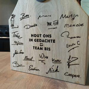 Bierkratje met handgeschreven namen