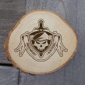 Houten onderzetters met logo erop gebrand